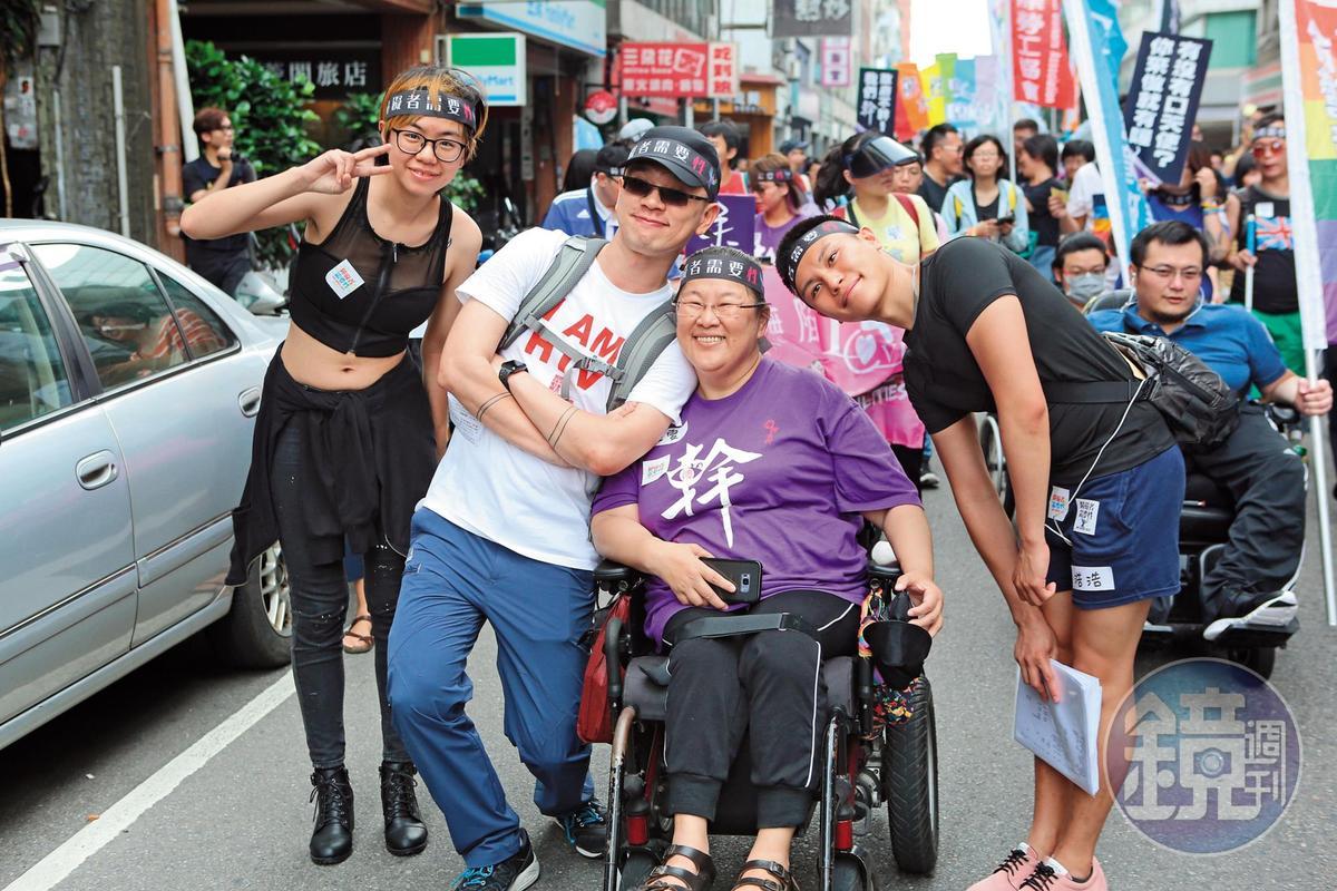 黃雅雯(右2)這幾年的生活重心是讀大學和上街抗議。左2為手天使發起人鄭智偉。