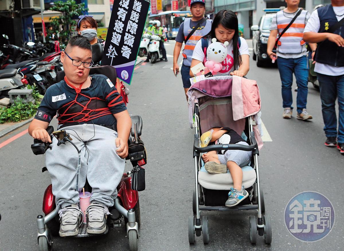 劉于濟看到熟睡的兒子,忍不住嘟嘴逗弄。過去連等紅燈他都會與妻子親嘴摸屁股,現在劉妻得推嬰兒車照顧兒子,經常各走各的,讓劉于濟很鬱卒。