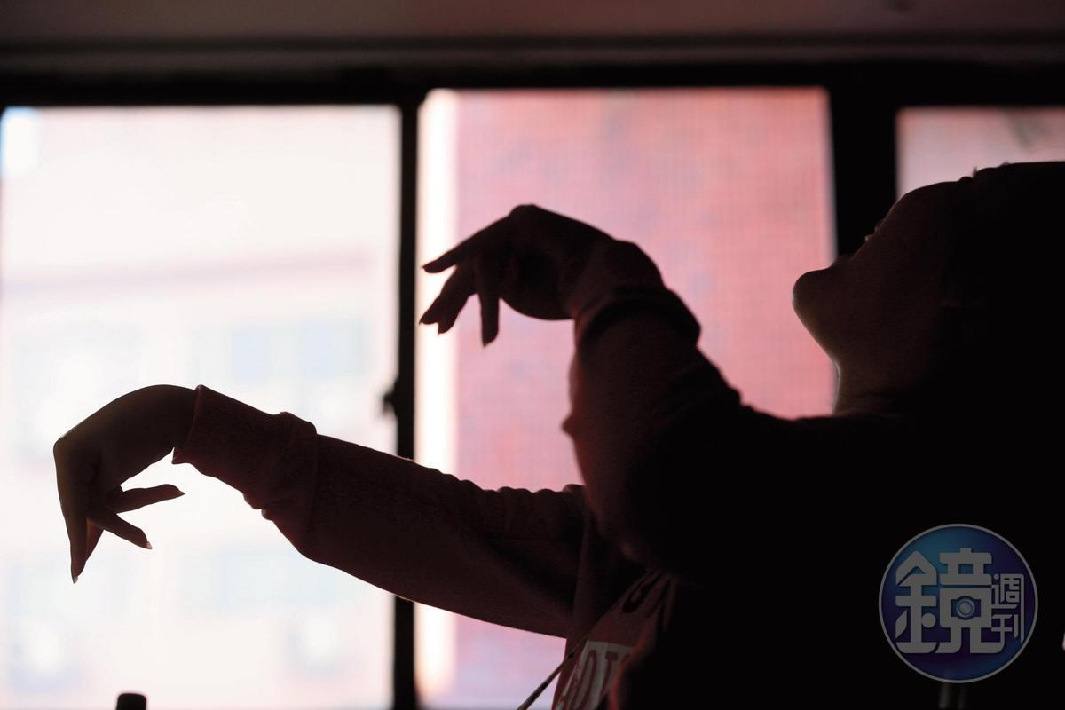 小晴因腦傷影響,說話時不受控地仰頭揮手,十分吃力。