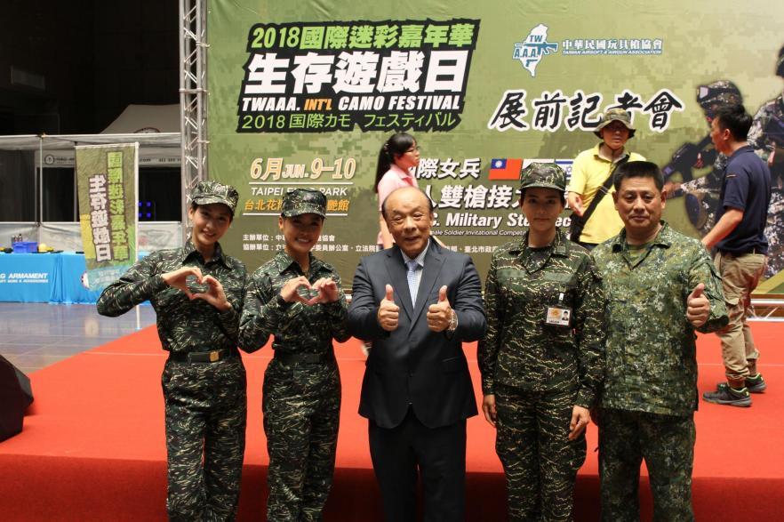 玩具槍協會理事長廖英熙(中)與藝人劉香慈(右2)、小嫻(左2)一同出席迷彩嘉年華記者會。(讀者提供)