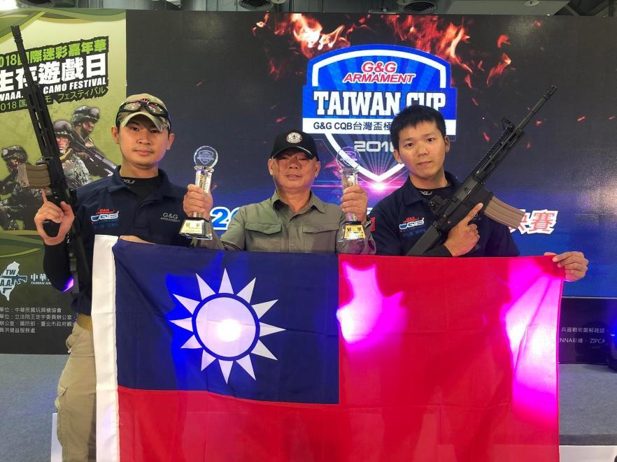 郭晉愷(右)、王伸元(左)在教官石錫卿(中)的指導下,打敗其他選手,將代表台灣參加明年世界盃極限射擊總決賽。(主辦單位提供)