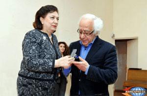 Minister of the Diaspora Hranoush Hakobyan gives Azg editor Hakob Avetikyan the Hakob Meghapart Medal.