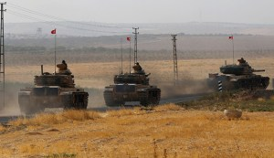 Turkish army tanks drive towards to the border in Karkamis on the Turkish-Syrian border in the southeastern Gaziantep province, Turkey, August 25, 2016. REUTERS/Umit Bektas - RTX2MYJC