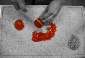 Tomaten waschen und würfeln.