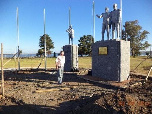 Sureda, en el monumento homenaje a Belgrano por la batalla de Tacuarí, en Paraguay.
