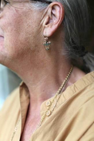 Moniek Postma maakt sieraden met een herinnering