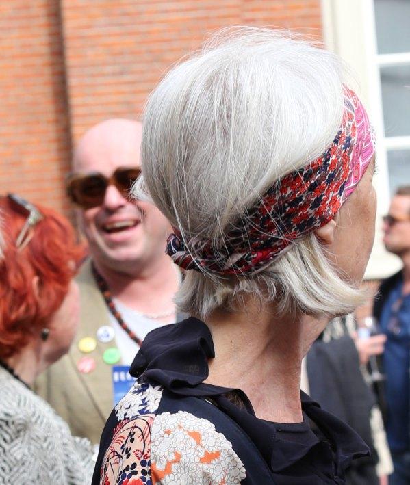Kies een haarband of shawl als je even niet naar de kapper kunt