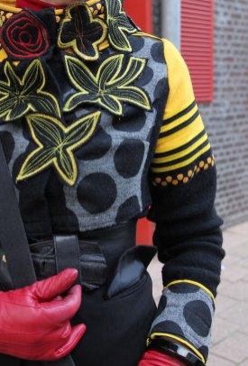 Opvallende handschoenen maken het plaatje compleet.