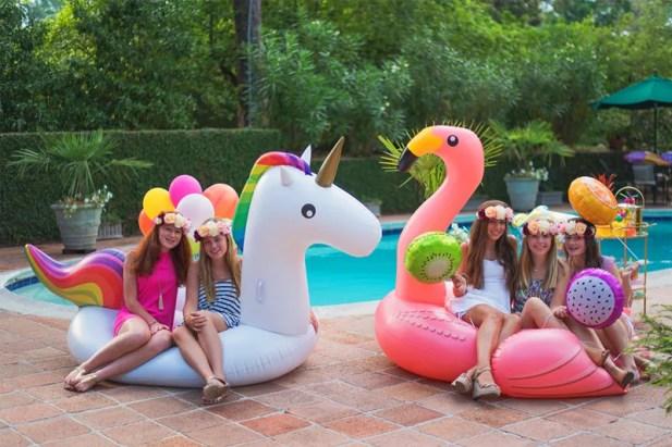 quinceañero en una piscina