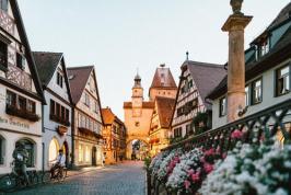 Rotheburg-ob-der-Taube ; kleine Gasse mit Häusern im Abendlicht