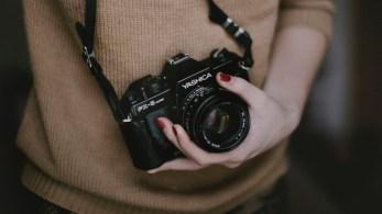 Frau hält Kamera in der Hand