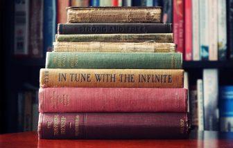 10 Bücher, die aufeinander gestapelt sind