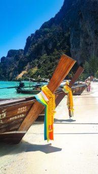 Boote am Strand von Koh Phi Phi
