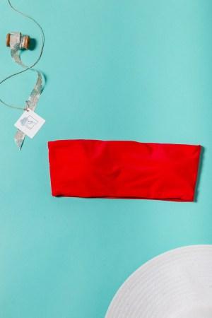 Μπικινι τοπ από κοκκινο μαγιο στραπλες για ομοιόμορφο μαύρισμα. Με κλασικό σχέδιο μπορεί να φορεθεί εύκολα με ένα strapless φόρεμα.