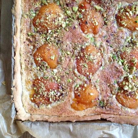 tarte abricot, crème d'amande et pistache