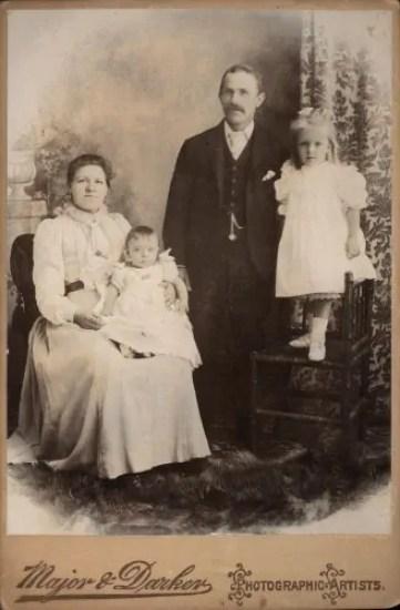 Una foto di famiglia vittoriana. Egg dipinge un dramma famigliare, lancia la sua domanda al pubblico sul male che può apportare la nuova legge sul divorzio.