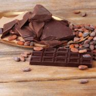Kakaobohnen: YEAH! Schokolade ist also gesund! Nein, die Bohne ist gesund. Dunkle Schoko mit hohem Kakaogehalt wirkt positiv auf Herz und Kreislauf. Zudem senken sie das Stressniveau und den Cholesterinspiegel. Die Zugabe von Milch zerstört diese begrüßenswerte Wirkungsweise jedoch. Also immer zu Schoko mit hohem Kakaogehalt greifen. (c) Fotolia