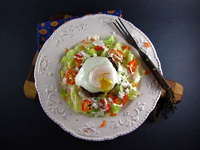 Fried Egg & Cheeseburger Salad | www.missinthektichen.com