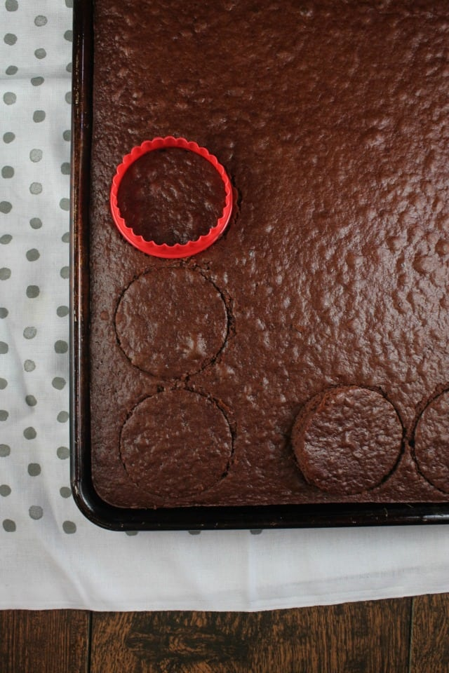 Making Chocolate Mini Cakes from MissintheKitchen.com