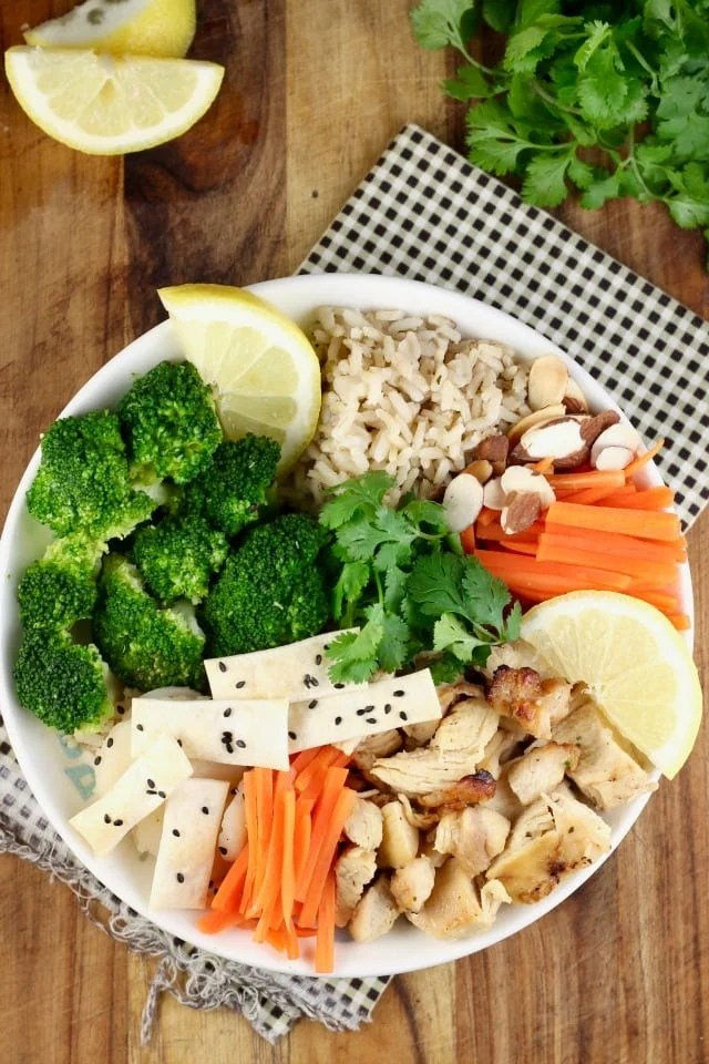 Quick Lemon Chicken Broccoli Bowls recipe is my new favorite weeknight dinner! So simple and bursting with flavor, it is sure to be a new family favorite at your house too! Sponsored by Tyson && Wish-Bone From Missinthekitchen.com