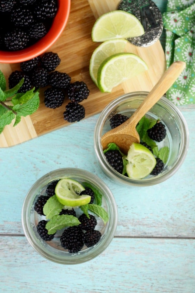 Making Easy Blackberry Mojitos with 7UP from MissintheKitchen #ad