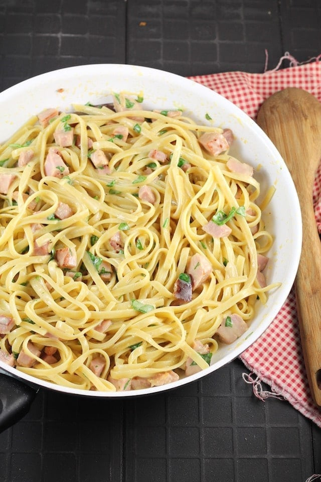 Skillet with pasta, ham and cheese sauce