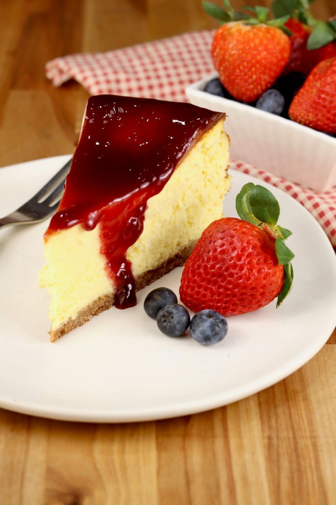 Cheesecake slice with berries and raspberry jam