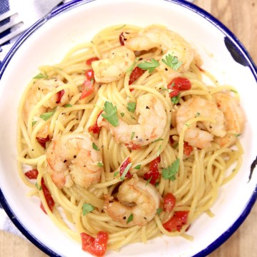 honey garlic shrimp spaghetti with red bell peppers in a bowl