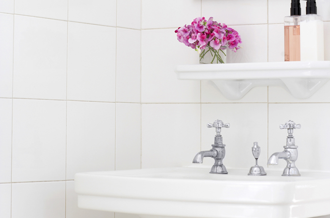 how to create a minimalist bathroom