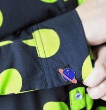 Broche Pin Planeta para camisa