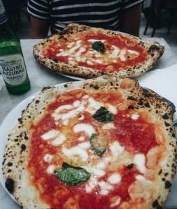 Neapolská pizza v Pizzeria D'Michele, Neapol