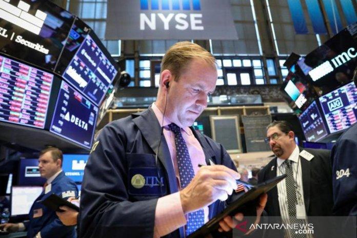 Ilustrasi - Pialang sedang bekerja di lantai Bursa Efek New York, Wall Street, Amerika Serikat. ANTARA/REUTERS/Brendan McDermid/pri. (REUTERS/Brendan McDermid)