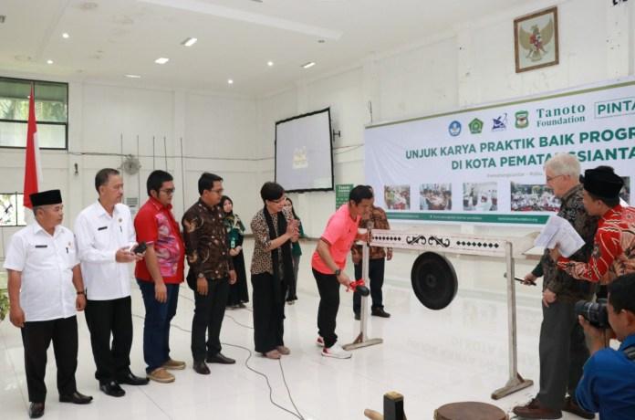 Pemukulan gong oleh walikota Pematangsiantar pertanda dibukanya kegiatan Program Pintar yang digelar Tanoto Foundation di Universitas Simalungun (USI), Rabu (20/11/19). Tanoto Foundation dikenal sebagai lembaga filantropy keluarga, yang didirikan Sukanto Tanoto dan Tinah Bingei Tanoto.(f:mistar/yetty)