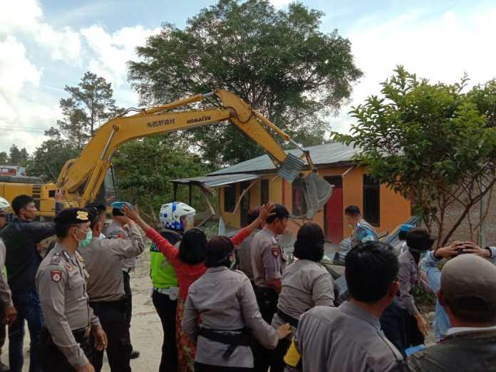 Eksekusi 2 unit rumah di Dusun Parhinjangan Huta Pisang, Desa Siborongborong 1.(f:mistar/dedy jaurat)