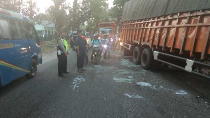 Kecelakaan lalu lintas di Jalan Siantar-Perdagangan, truk dan pikup serta betor beradu 'kuat'.(f:mistar/ist)