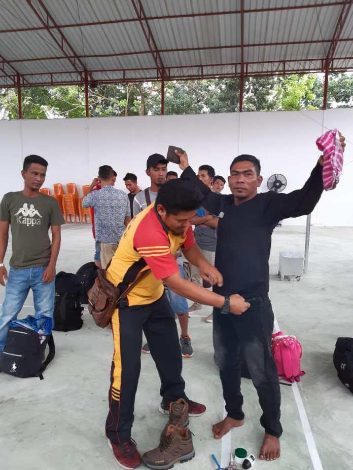 Para TKI ilegal saat diamankan dan dilakukan pemeriksaan oleh personil Sat Intelkam Polres Tanjungbalai. (f:ist/mistar)
