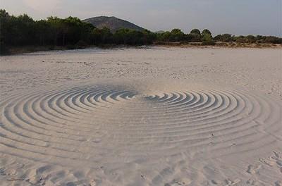 Il mistero dei cerchi nella sabbia.