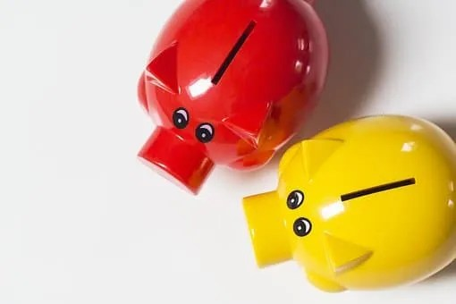 How to save $1000 fast- red and yellow piggy banks