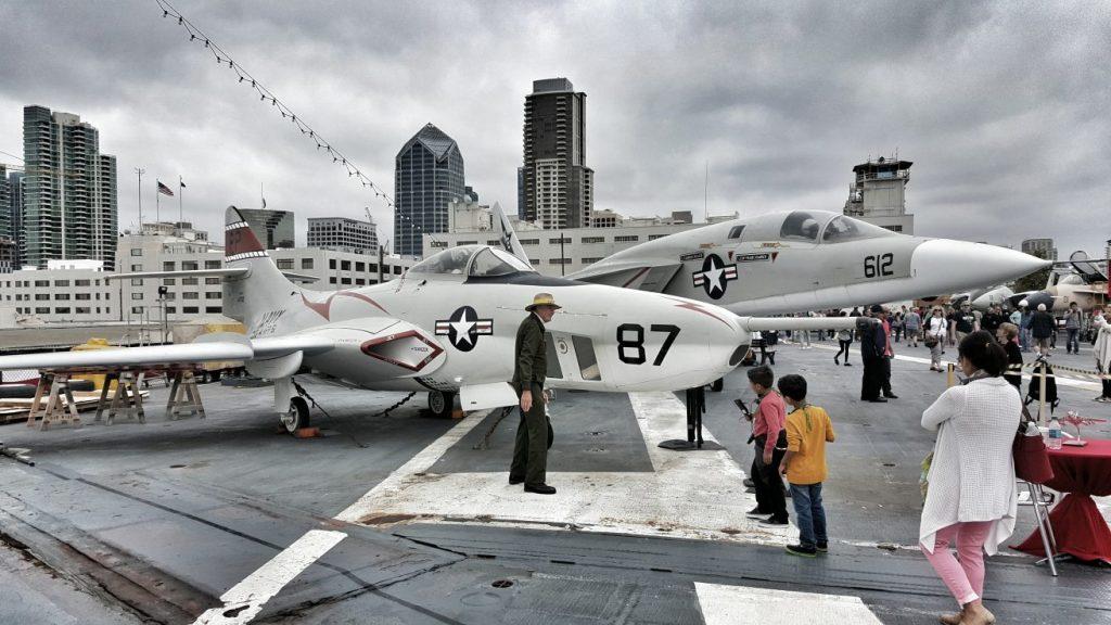 Auf dem Flugdeck war die Hölle los. Nicht nur, dass hier eine große Anzahl historisch bedeutender Flugzeuge und Hubschrauber präsentiert wurden. Nein, auch die Aussicht aus dieser Höhe auf den Hafen von San Diego war phänomenal.