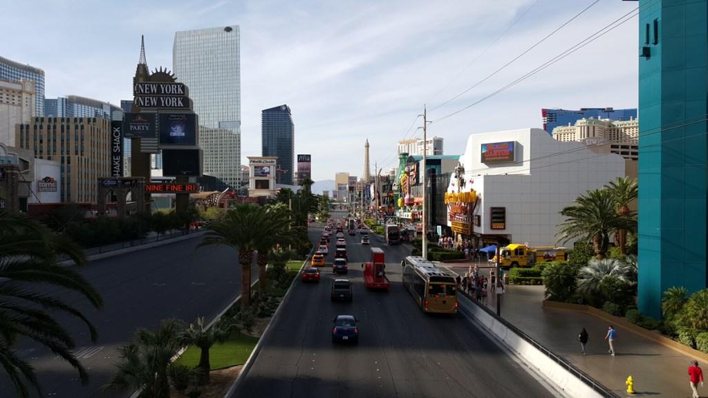 Auch tagsüber ist Las Vegas eine imposante Erscheinung, aber das wahre Las Vegas erwacht erst, wenn es dunkel wird….