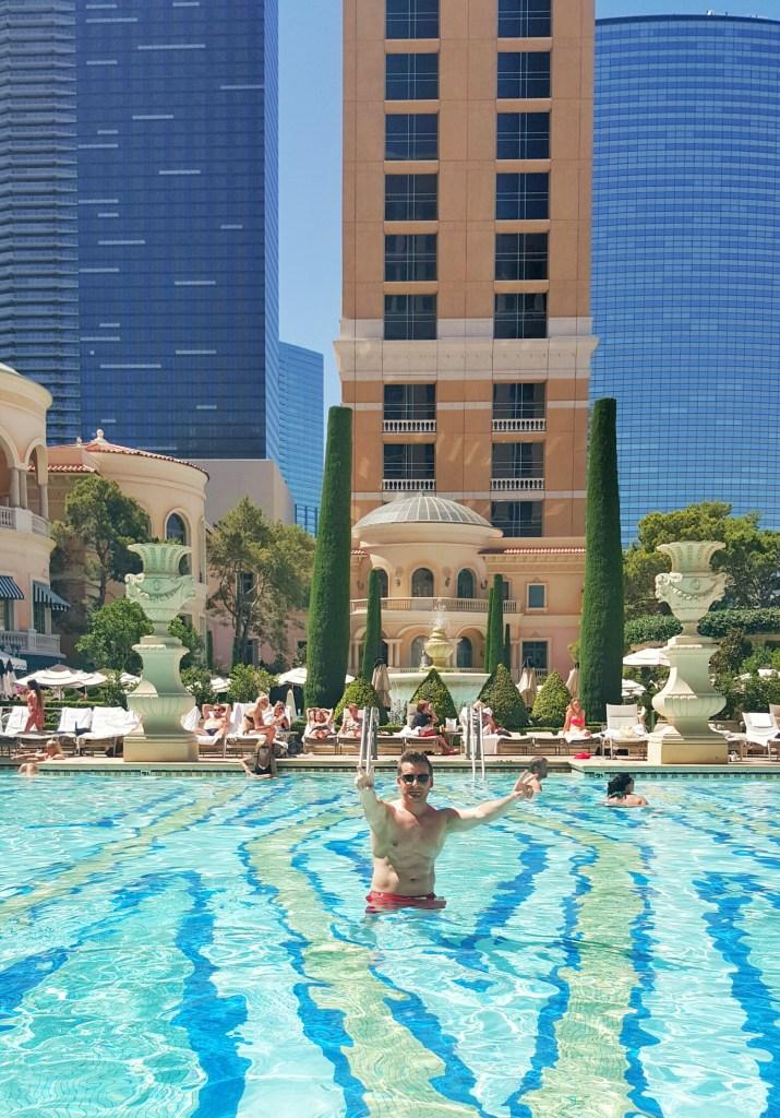 Der Olli genießt bei 38 Grad ein erfrischendes Bad im Luxuspool. :)