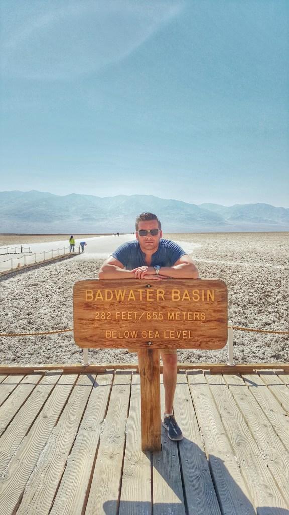 """Badwater ist eine Senke im Death Valley in Kalifornien und der tiefste Punkt Nordamerikas mit einer Höhe von 85,5 Meter unter dem Meeresspiegel. Badwater ist ein Überbleibsel des vorzeitlichen Sees Lake Manly. In der Senke gibt es ein quellengespeistes Becken neben der Straße; das umgebende Salz macht das Wasser ungenießbar – daher stammt der Name Badwater (engl.: """"schlechtes Wasser""""). Im Becken leben Tiere und Pflanzen, wie z. B. Queller, Wasserinsekten und die Badwater-Schnecke. In der Umgebung des Beckens, die nicht ständig von Wasser bedeckt ist, bildet die Kruste des Bodens sechseckige Strukturen aus."""