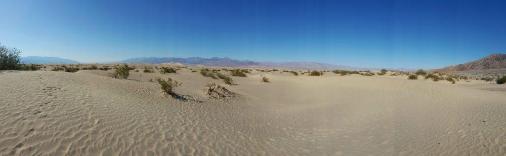 Auf der Fahrt durch das Death Valley in Richtung Norden passiert man auch die Mesquite Sand Dunes. Man hat hier regelrecht das Gefühl, dass man nicht mehr in den Staaten, sondern irgendwo in der Sahara ist.  Info: Die 4 km² großen Mesquite Sand Dunes liegen im nördlichen Teil des Tales und wurden schon oft als Wüstenkulisse in Filmen, unter anderem in Star Wars, verwendet. Die größte Düne ist die Star Dune. Diese ist recht stabil, da der Wind den Sand vorzugsweise an genau dieser Stelle ablagert. Der Sand ist hier rund 50 Meter hoch.
