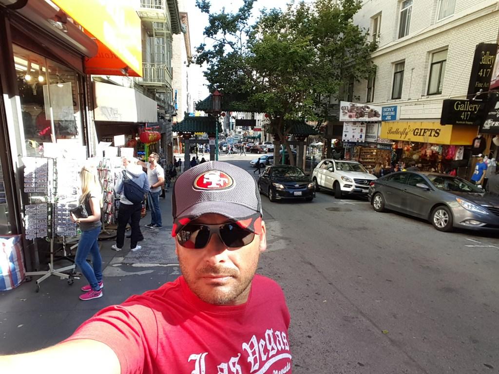 Herzlich Willkommen in China Town von San Francisco. Die Chinatown von San Francisco ist eine der größten Chinatowns in den Vereinigten Staaten von Amerika und zählt zu den bekanntesten Sehenswürdigkeiten der Stadt. Die Einwohnerzahl beträgt ca. 80.000.