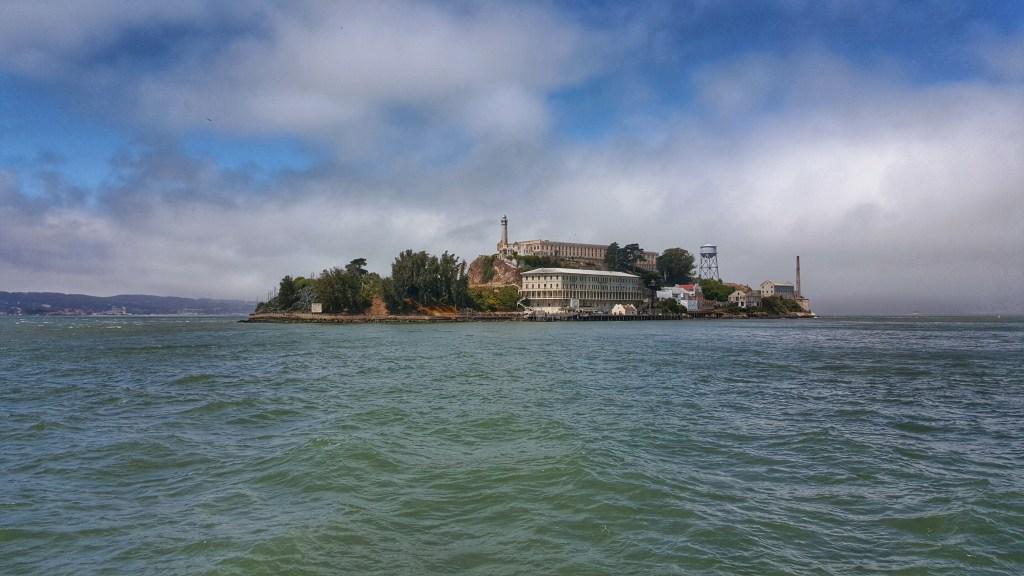 Mit dem Schiff ging es dann in Richtung Alcatraz. Die Fahrt dauerte ca. 20-25 Minuten und bot natürlich nicht nur diesen perfekten Blick auf die Gefängnisinsel, sondern auch von der Wasserseite aus auf San Francisco selbst.  Info: Die Insel Alcatraz liegt in der Bucht von San Francisco, Kalifornien in den USA. Sie ist 2,2 km vom Festland entfernt. Früher wurde sie als Standort für ein befestigtes Fort genutzt, danach als Hochsicherheitsgefängnis. Inzwischen dient sie als Touristenattraktion. Alcatraz steht unter der Aufsicht des US National Park Service. Die 500 Meter lange und bis zu 41 Meter hohe Sandsteininsel diente nicht nur als Standort für ein Gefängnis. Auf der 85.000 m² großen Insel wurde auch der erste Leuchtturm der US-amerikanischen Westküste erbaut.