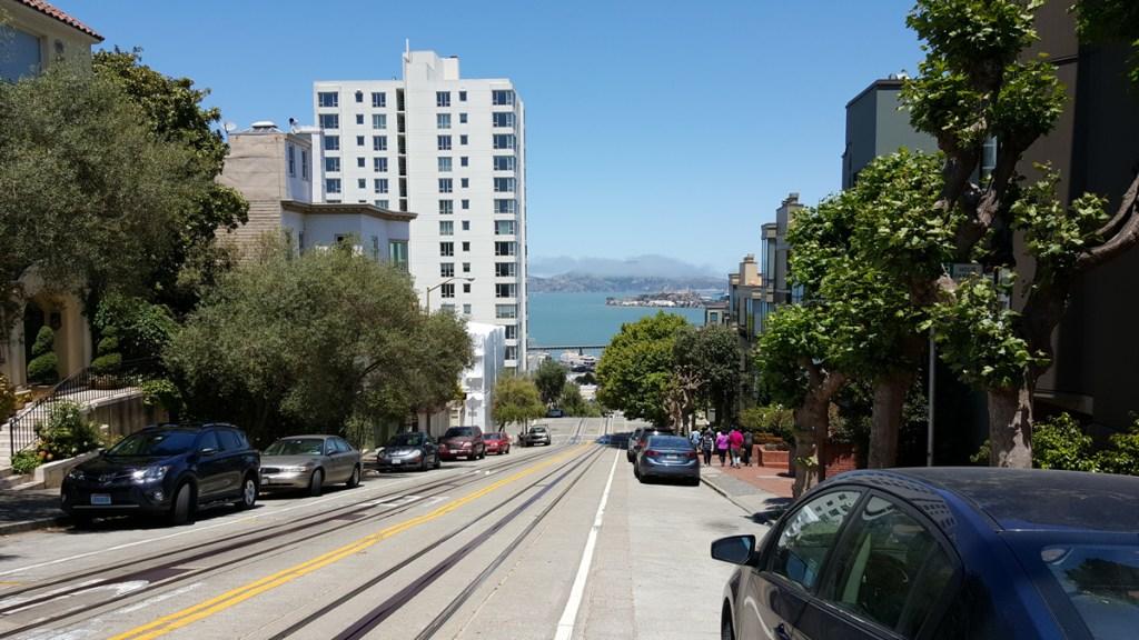 Überall gehört Alcatraz zum Bild der Stadt. Auch hier: Auf der Hyde Street in Richtung Fishermans Wharf hat man einen perfekten Blick auf die Insel. Ich muss aber auch zugeben, das Wetter war an dem Tag bestens. Perfekt um die Stadt zu Fuß zu erkunden.