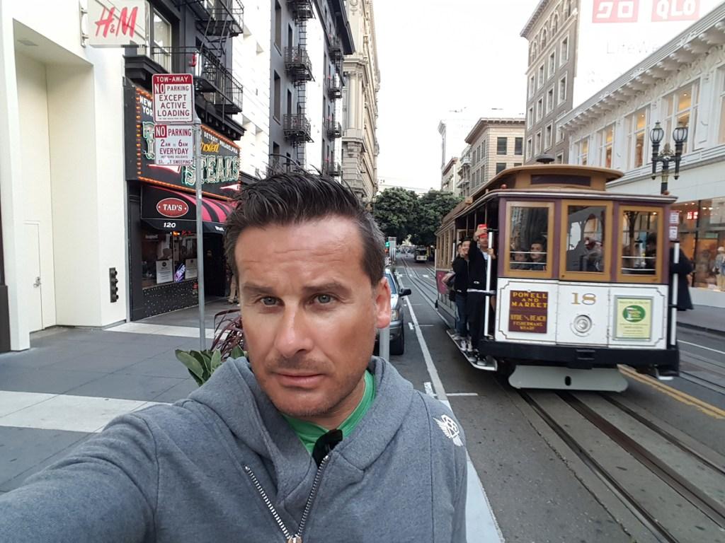 Ein anderes Wahrzeichen von San Francisco ist die weltbekannte Cable Car. Die San Francisco Cable Cars bilden die Kabelstraßenbahn in San Francisco, Kalifornien. Das bei Touristen beliebte Verkehrsmittel ist eines der wenigen beweglichen National Historic Landmarks in den Vereinigten Staaten und ist die einzige verbliebene Kabelstraßenbahn der Welt mit entkoppelbaren Wagen.