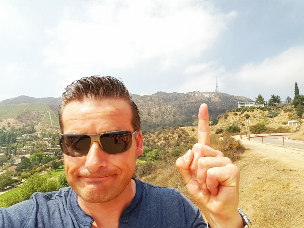 """Man folge meinem kleinen Wurstfinger!! Dem Deutschländerwürstchen… :) Und wo führt dieser hin?? Korrekt….zum berühmt berüchtigten """"Hollywood""""-Sign. Jetzt kann ich auch sagen…. I WAS THERE!!! Hier ist das Epizentrum der amerikanischen Filmgeschichte. OLLIWOOD!!! *loooool"""