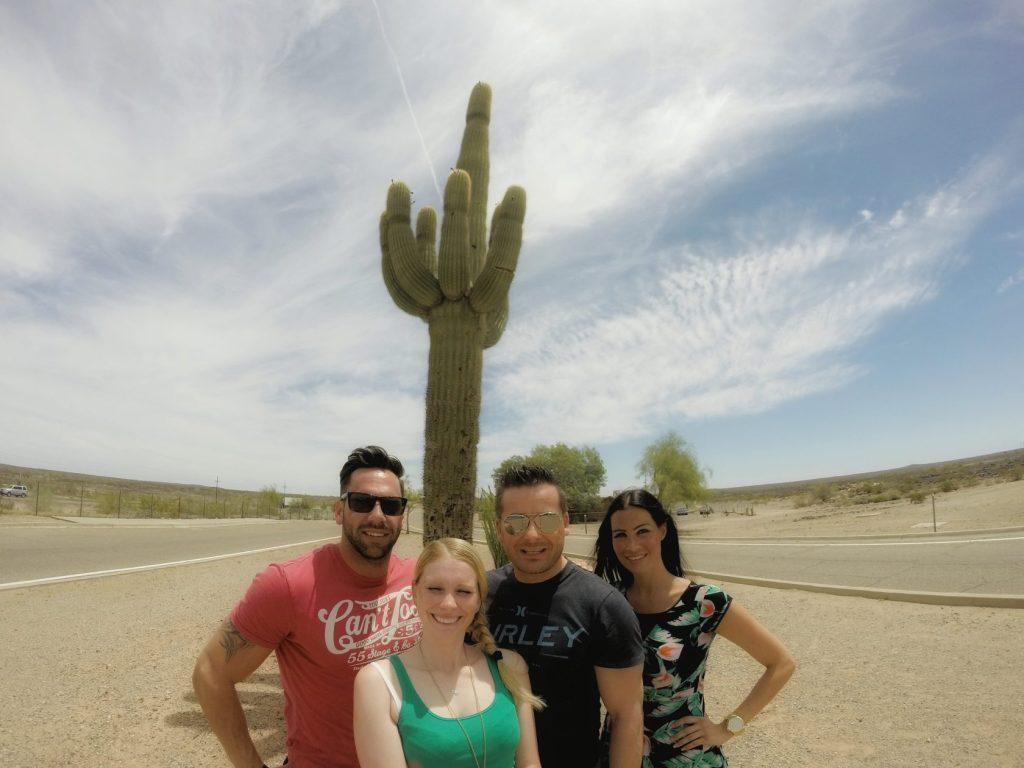 Auf der Fahrt von Yuma nach Phoenix kamen wir auch an einem Parkplatz mitten in der Ödnis vorbei, wo dieser geile Kaktus gestanden hat. Den mussten wir auch direkt für ein Gruppenselfie zweckentfremden. Zuerst hatten wir noch die Idee gehabt, dass sich einer drauf setzt. *looool