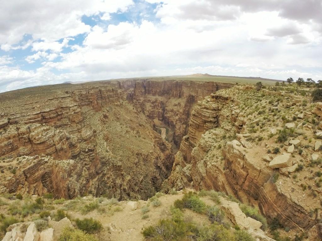 Dieser Seitenarm des Grand Canyon war der erste View Point, den wir auf dem Weg zum eigentlichen Grand Canyon Nationalpark erreicht haben. Ich kann Euch sagen, schon dieser wirkte sehr imposant auf uns. Und das war nur ein Seitenarm.